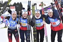 Štafeta biatlonistek Norska (zprava) Synnöve Solemdalová, Ingrid Landmark Tandrevoldová, Marte Olsbu Röiselandová, Tiril Eckhoffová se raduje z vítězství na Světovém poháru v Oberhofu.