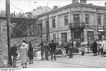 """Nárožní dům na rohu ulic Żelazna 70 a Chłodna 23. Tato část ulice Żelazna spojovala oblasti """"velkého ghetta"""" a """"malého ghetta"""" v Němci okupované Varšavě"""