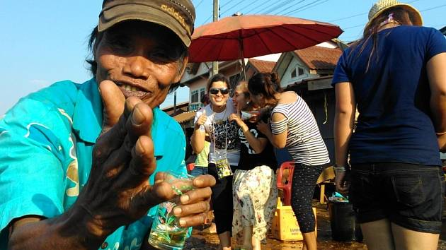 V polovině dubna v Laosu vypuknou oslavy laoského Nového roku. Lidé týden tancují, pijí a kolemjdoucí polévají vodou. Očišťují tím jejich duši, aby nového roku mohli vstoupit bez poskvrny.
