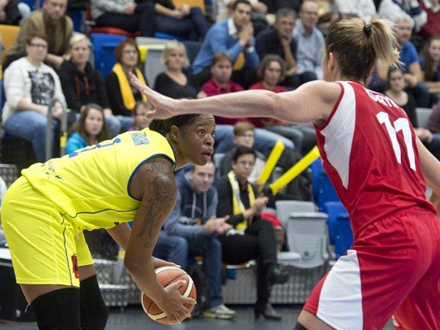 Kia Vaughnová z USK Praha (vlevo).