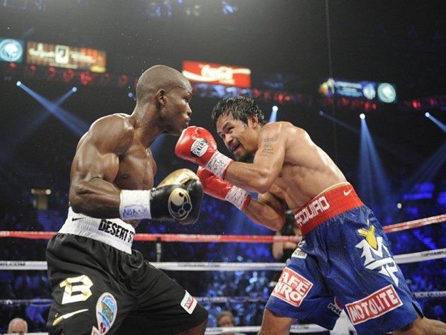Boxer Manny Pacquiao (vpravo) a Timothy Bradley.