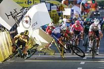 Kolo nizozemského cyklisty Fabia Jakobsena (vlevo nahoře) letí vzduchem po jezdcově pádu v cíli 1. etapy Kolem Polska v Katovicích. Vlevo dole padá Dylan Groenewegen, který svého krajan natlačil na bariéru