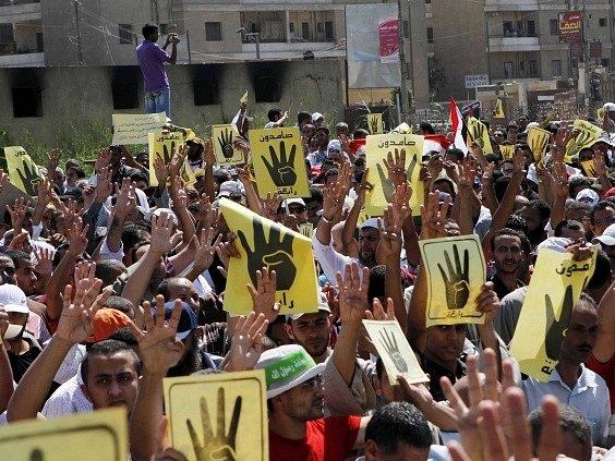 Tisíce příznivců svrženého prezidenta Muhammada Mursího vyšly do ulic Káhiry.