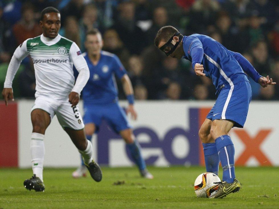 Herolind Shala z Liberce (vpravo) čaruje s míčem před Lorenzem Burnetem z Groningenu.