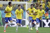 Neymar (vpravo) zařídil Brazílii vyrovnání proto Chorvatsku.