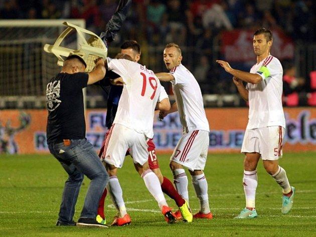 Fotbalisty Albánie napadl v kvalifikačním zápase fanoušek Srbska.