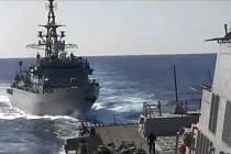 Loď ruského námořnictva (vlevo) se přiblížila ve čtvrtek v Arabském moři až na 60 metrů k americkému torpédoborci Farragut