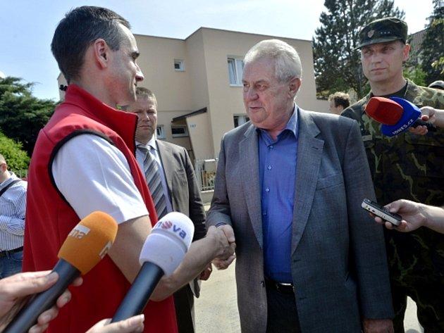 Prezident republiky Miloš Zeman (uprostřed) za doprovodu starosty Lahoviček Aleše Háněla (vlevo) navštívil povodněmi postižené Lahovičky, kde jsou nasazeni vojáci Hradní stráže na pomoc při odstraňování následků povodní.