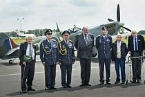 Čeští váleční veteráni Tomáš Lom (vlevo), Alois Dubec (druhý zleva), Emil Boček (třetí zleva), Petr Arton (druhý zprava) a Tomáš Gibian (vpravo), poslanec britského parlamentu, bývalý stínový ministr obrany a vnuk Winstona Churchilla Nicholas Soames (upro