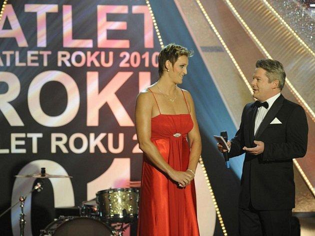 Atletka roku Barbora Špotáková s moderátorem galavečera Alešem Hámou.