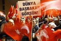 Na letišti Istanbulu uvítali Turci svého premiéra Erdogana nadšenými ovacemi hned v noci, jakmile přiletěl z Davosu.