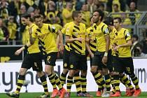Fotbalisté Dortmundu se radují z gólu do sítě Brém