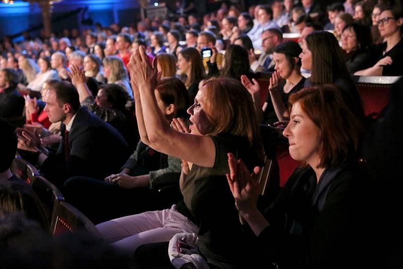 Diváci v sále vytvářeli hučnou atmosféru. Výkřiky a potlesk často oba uchazeče o prezidentský úřad přerušovaly. Experti přirovnali atmosféru k fotbalovým zápasům.