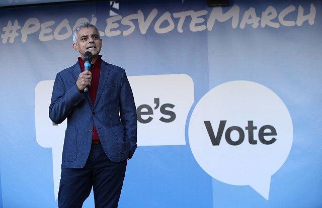 V ulicích Londýna se sešlo více než půl milionu odpůrců brexitu. Na shromáždění vystoupil i londýnský starosta Sadiq Khan.