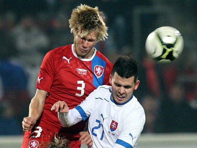 Reprezentant Tomáš Kalas (vlevo) proti Slovensku.