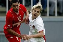 Jaroslav Černý (v bílém) a Jonathan Caruana z Malty v souboji v přátelském utkání.