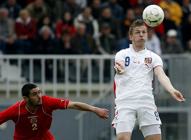 Tomáš Necid (v bílém) v souboji s Malťanem Jonathen Caruanou.