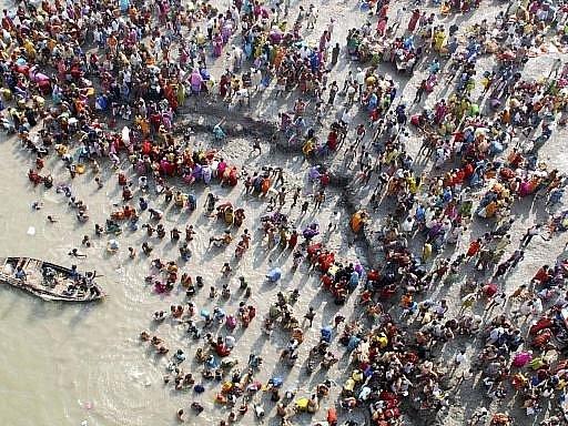 Hromadná koupel hinduistů. Ilustrační foto