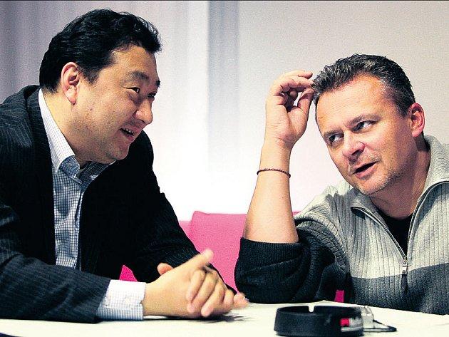 S CHUTÍ DO TOHO. JiatongWu s ředitelem karlínské scény Egonem Kulhánkem.