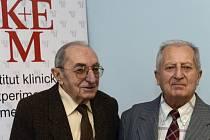Nejdéle žijící pacient po transplantaci srdce Rudolf Sekava (vpravo) a doktor Pavel Firt, který byl u historicky první úspěšné transplantace srdce.
