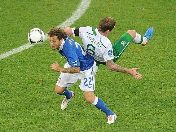 Alessandro Diamanti (vlevo) v souboji s Glennem Whelanem.