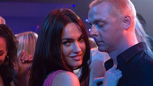 JAK DĚLAT BULVÁR. Sidney proniká do velkého světa newyorských celebrit... Jde to ale ztuha. Simon Pegg a Megan Foxxová (v roli slibné hvězdičky Sophie) v komedii Jak se zbavit přátel a zůstat úplně sám.