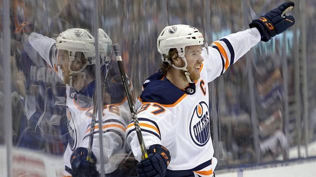 Hokejista Edmontonu Oilers center Connor McDavid se raduje z gólu.