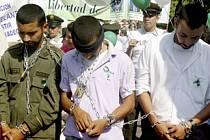 Kolumbijci často protestují proti FARC a žádají propuštění rukojmí.