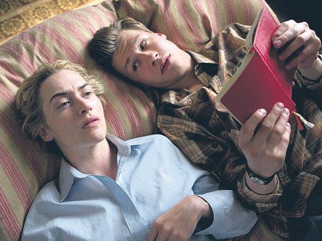 ZATÍM SPOLU. Hanna (Kate Winsletová) se svým mladičkým milencem Michaelem (David Kross), od něhož si nechává číst příběhy. Až teprve později vyjde najevo proč.