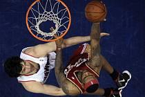 LeBron James (vpravo) se snaží prosadit přes bránícího Zazu Pachuliu.