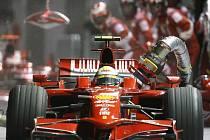 Osudná chyba mechaniků připravila Felipeho Massu o dobrý výsledek v Grand Prix Singapuru. Dostal předčasně znamení k vyjetí a utrhl zapojenou tankovací hadici.