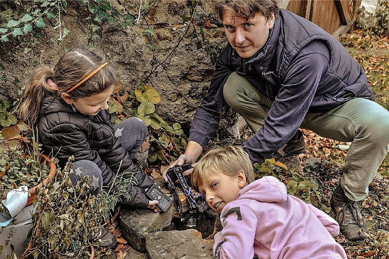 Milan Starec s dětmi u vyschlého potoka.