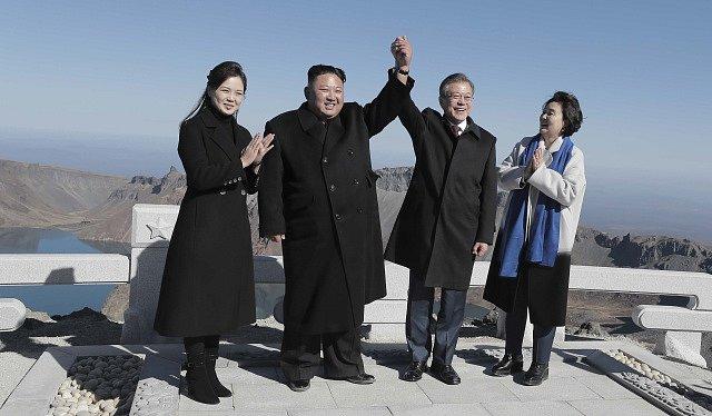 Vůdce KLDR Kim Čong-un a prezident Jižní Koreje Mun Če-in se svými manželkami na posvátné korejské hoře Paektu