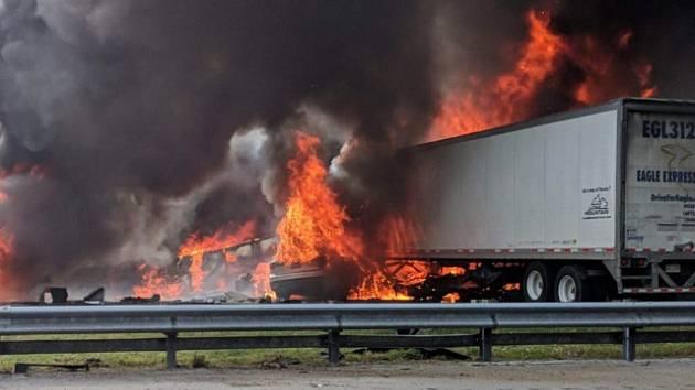 Při nehodě na floridské dálnici začalo hořet palivo, sedm lidí zemřelo