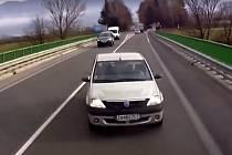 Řidič Dacie najel do kamionu v protisměru.