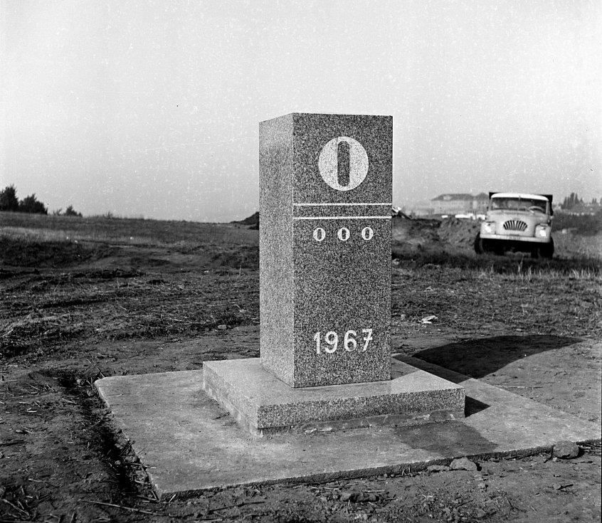 Právě tady začínala 8. září 1967 slavnostně výstavba první dálnice u nás. Na nultý kilometrovník poklepávali tehdejší ministr dopravy Alois Indra či ministr vnitra Josef Kudrna