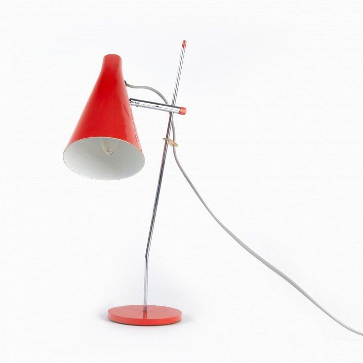 Ikonická červená stolní lampička vyrobená v OPP Jihlava v sedmdesátých letech podle návrhu Štěpána Taberyho.