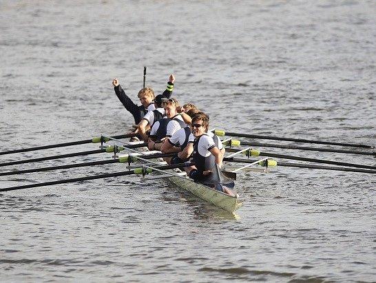 Posádka Oxfordu ovládla potřetí za sebou slavný závod univerzitních osmiveslic na Temži v Londýně