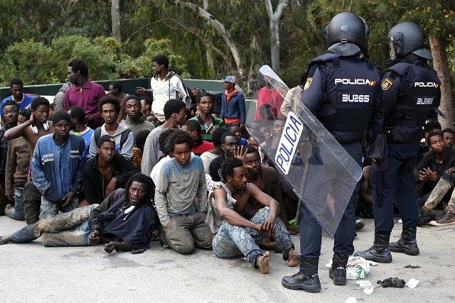 Stovky migrantů vnikly na území španělské enklávy Ceuta na severu Afriky