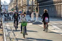 Ulice Paříže v době koronavirové pandemie. Ilustrační snímek