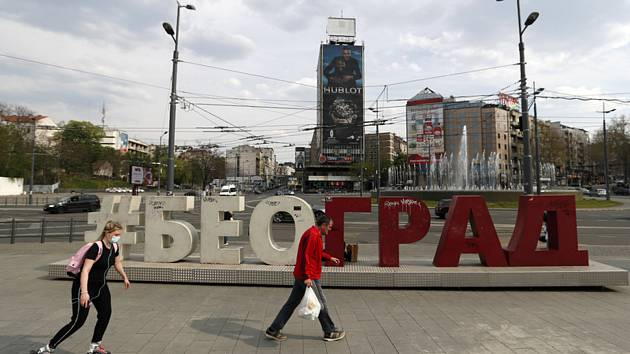 Lidé na náměstí v srbském Bělehradě