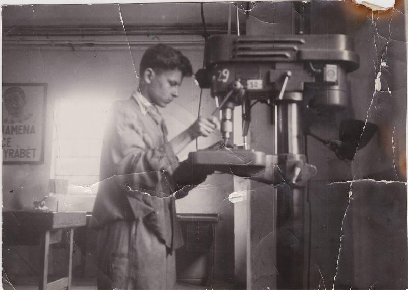 Pod dohledem Stalina. Karel Pfeiffer jako učeň v dílně ve školním roce 1951-52.