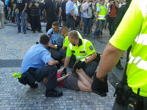 Demonstrace proti imigraci, proti kvótám a za vystoupení zEU, která dnes odpoledne začala na Václavském náměstí, se zúčastnilo podle policejních odhadů asi 500lidí.