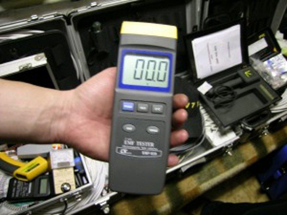 Mega měřič EMF (elektromagnetického pole) s velkým rozsahem, je používán k měření velmi silných EMF polí i venku v přírodě kvůli odlišení od běžných EMF polí a silných magnetických vlivů.