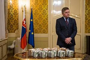 Slovenský premiér Robert Fico s jedním milionem eur v hotovosti pro toho, kdo pomůže odhalit pachatele vraždy novináře Kuciaka
