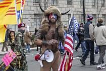 QAnon šaman. V USA je rozšířené konspirační hnutí QAnon, jehož nejviditelnějším zástupcem se při lednovém útoku na Kapitol stal rohatý Viking Jake Angeli z Arizony