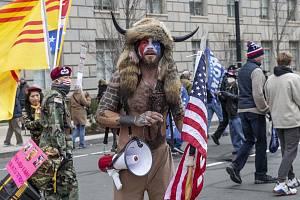 QAnon šaman. Nejviditelnějším zástupcem konspiračního hnutí QAnon při útoku na Kapitol v minulém týdnu byl rohatý Viking Jake Angeli z Arizony
