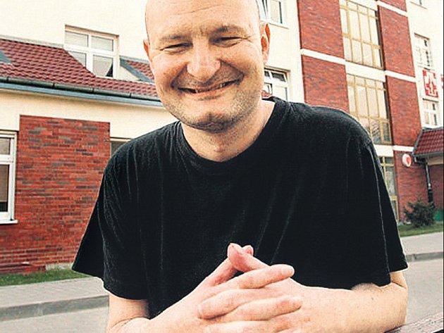 Muž s nezaplacenou paží. Leszek Opoka má pravou ruku jako svou vlastní. Jenomže lékaři, kteří mu ji transplantovali, nedostali zaplaceno.