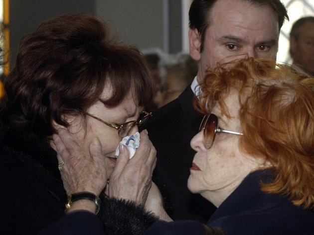 Herečka Jaroslava Adamová (vpravo) kondoluje manželce zesnulého režiséra Ladislava Rychmana v obřadní síni hřbitova na pražských Olšanech.