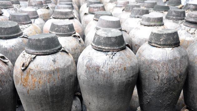Starověké nádoby s rýžovým vínem. Ilustrační snímek